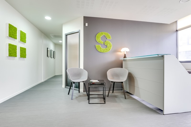 Création d'une zone d'attente à l'accueil, changement du sol, mise en couleur