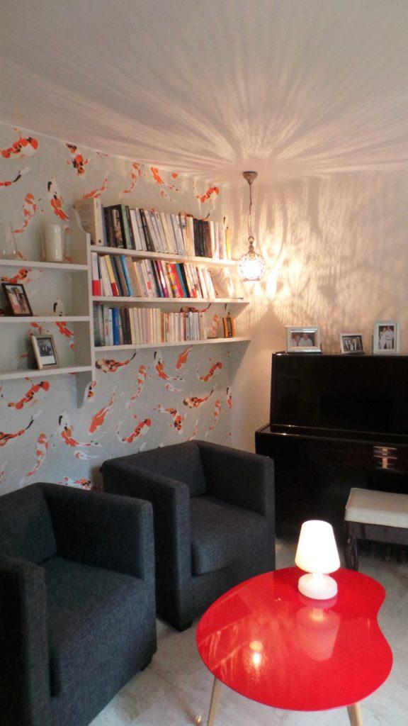 Mise en valeur d'un petit salon par un papier peint original, par Florence Vatelot, Décoratrice UFDI à St Malo, Dinan, Dinard et Cancale (22 et 35)