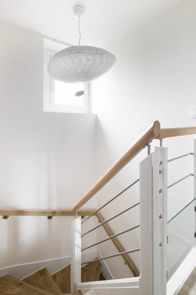 Clarté dans escalier par Florence Vatelot, Décoratrice UFDI à St Malo, Dinan, Dinard et Cancale (22 et 35)